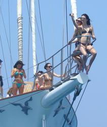 http://img105.imagevenue.com/loc576/th_106782215_KendallKylie_Jenner_BikiniDominicanRepublic_March29_2012_6_122_576lo.jpg