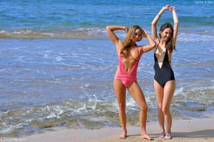 http://img105.imagevenue.com/loc599/th_155742838_Mary_and_Aubrey_Hawaii_II_Beach_Bunnies_5_123_599lo.jpg