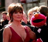 Lisa Rinna Even Elmo wants to see her cleavage Foto 132 (���� ����� ���� Elmo ����� ������ �� ����������� ���� 132)